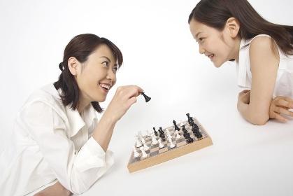 チェスをする母娘