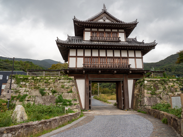 対馬の厳原にある金石城櫓門の全景 10月
