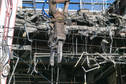 取り壊されるビルの解体工事