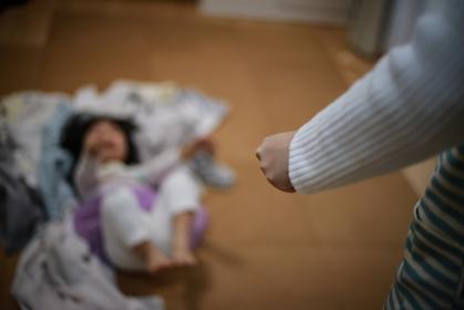 洗濯物の上で暴れる女の子