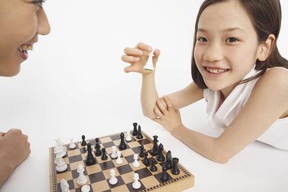 チェスをする父と娘
