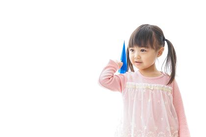 紙飛行機を飛ばす子ども_旅行イメージ