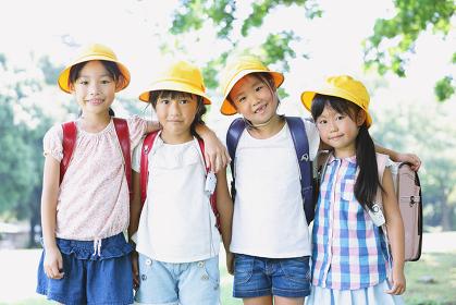 肩を組む日本人の小学生たち