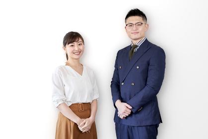 笑顔で立つアジア人ビジネスパーソン