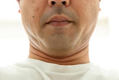 口を閉じている男性