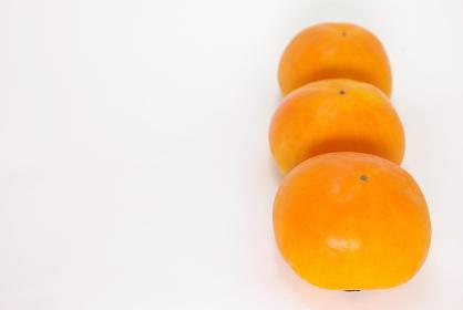 縦に並んだ3つの柿