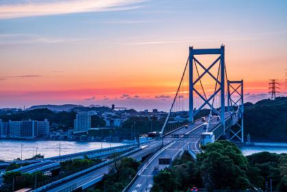 和布刈第二展望台から見る関門橋の美しい夕暮れ
