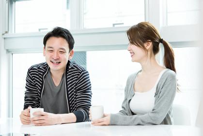 リビングでコーヒーを飲む夫婦