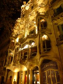 スペイン・バルセロナにてガウディの現代建築カサ・バトリョの夜間ライトアップ