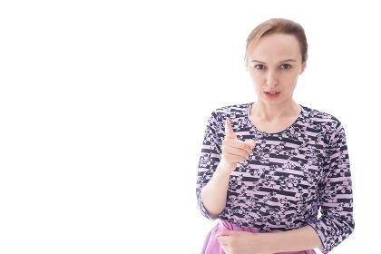 大激怒をする私服を着た若い女性