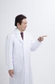 指差しをするベテラン医師