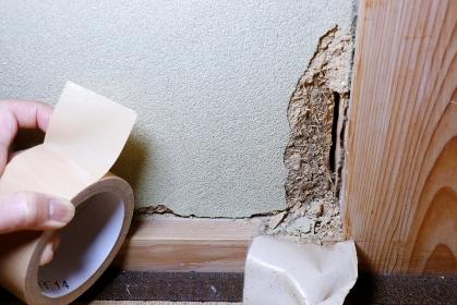 地震によって崩壊した土壁
