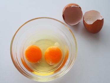 ガラスボウルに二つ割入れた卵を上から見る