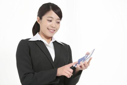 電卓を持つビジネスウーマン