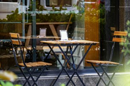 カフェテラスに有る椅子とテーブル 5798