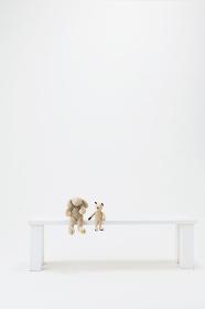 ベンチと人形