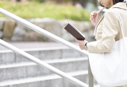 手帳を持つビジネス女性