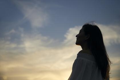 夕焼け空と日本人女性のポートレート