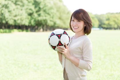 サッカーボールと女性