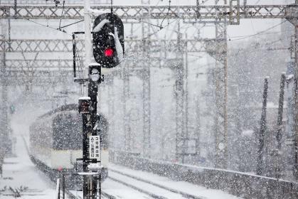 雪で徐行運転する電車