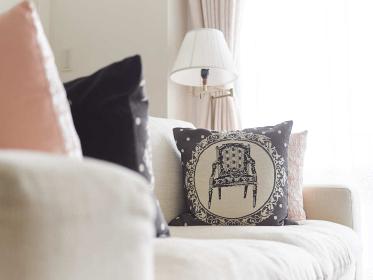 ソファとクッションのくつろぎ空間イメージ