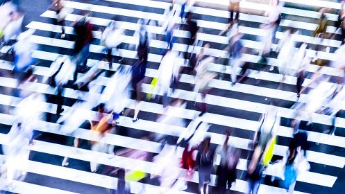 横断歩道を渡る人々(低速シャッター)