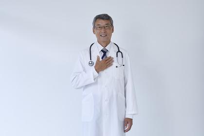 胸に手を当てる医者
