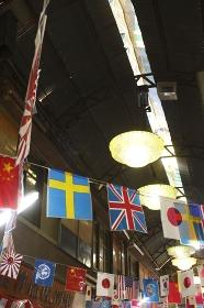 商店街に吊られた万国旗