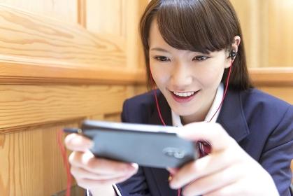 スマートフォンを触る女子高校生
