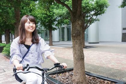 自転車を押す女性