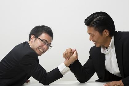 腕相撲をするビジネスマン