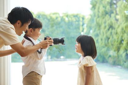 写真を撮る日本人の兄妹