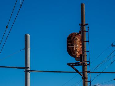 青空とさび付いた鉄道の信号機