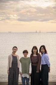 記念写真におさまる女性4人