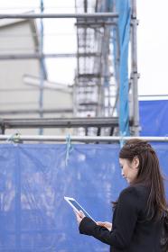 工事現場・女性・タブレットPC
