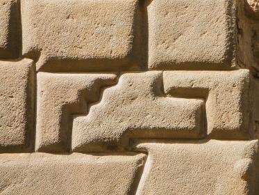 ペルー・クスコにあるインカ文明の建築技術の高さを示す石壁と14角の石