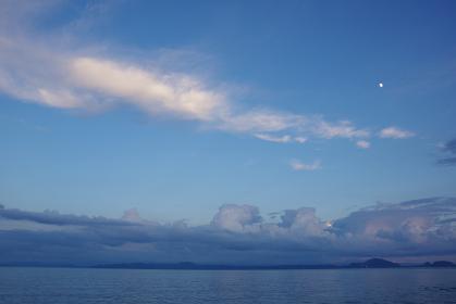 有明海の上空に細長く浮かぶ雲