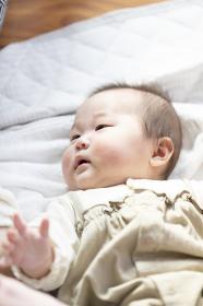 明るい部屋の中で仰向けになるかわいい赤ちゃん