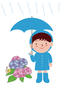 傘をさすレインコートの男の子と紫陽花