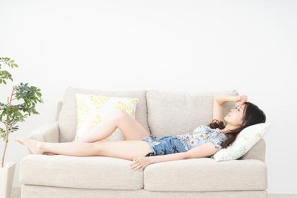 夏を楽しむ若い女性