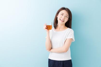お茶を飲んでリラックスする女性