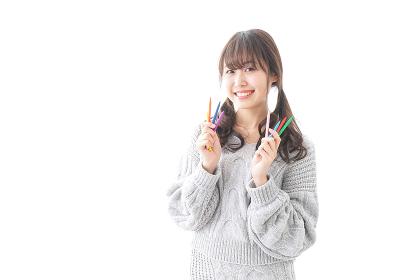カラフルな色鉛筆を持つ女性