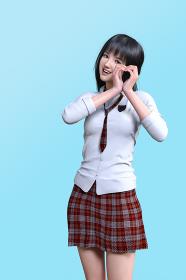 顔の横で手でハートマークを作る赤いチェック柄のネクタイとスカートを身につけた黒髪ロングヘアの女子高生