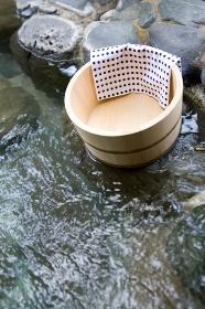 露天風呂に置かれた桶と手ぬぐい