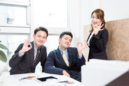 ビジネスイメージ(仲間・3人・チームワーク・協力・カメラ目線)