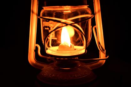 火が灯されたオイルランプ