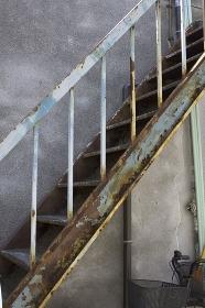 アパートの鉄製の階段