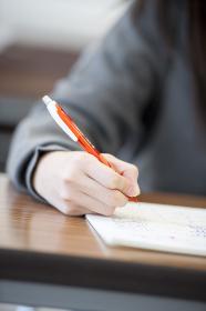 勉強をする中学生の手元
