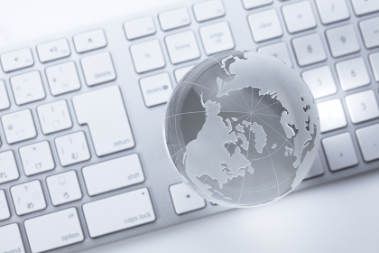 ガラスの地球儀とキーボード