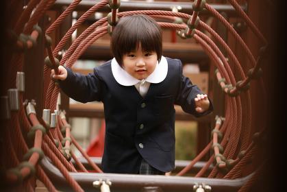 遊ぶ幼稚園児